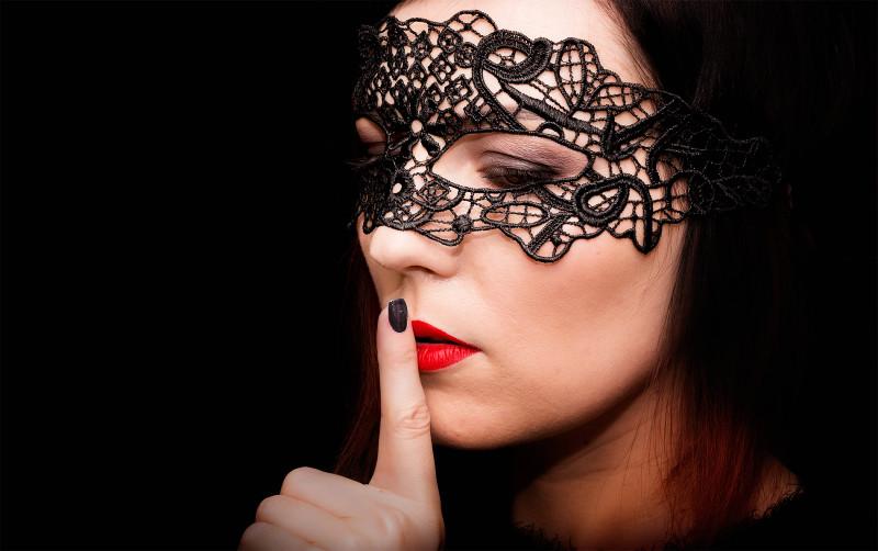 девушка в ажурной маске