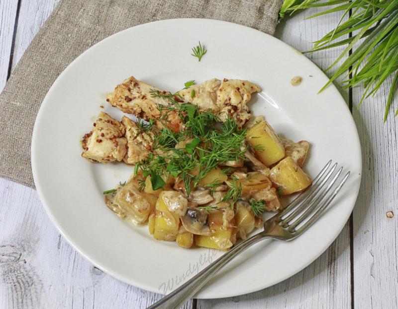 Куриные грудки с картофелем и шампиньонами в сливочном соусе